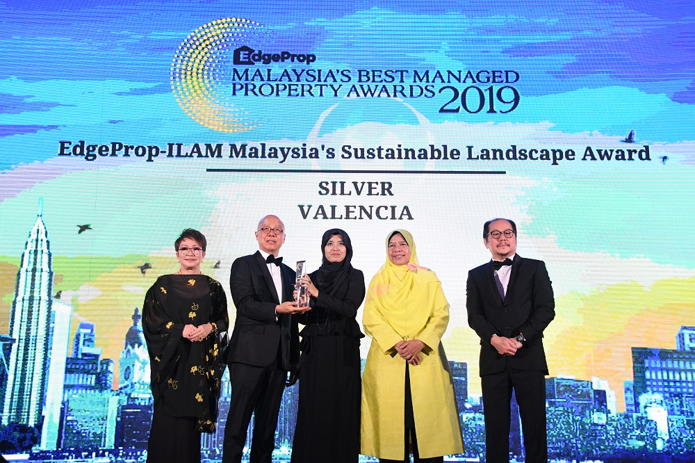 Gamuda Land executive director of product management unit Eddie Chan and head of landscape architecture Khariza Abd Khalid (L2 & L3) receive Silver in EdgeProp-ILAM Malaysia's Sustainable Landscape Award frrom EdgeProp.my managing director and editor-in-chief Au Foong Yee (L1), Minister of Housing and Local Government Malaysia Zuraida Kamaruddin and The Edge Media Group chairman Datuk Tong Kooi Ong (L4 & L5). (Photos by Low Yen Yeing/EdgeProp.my)