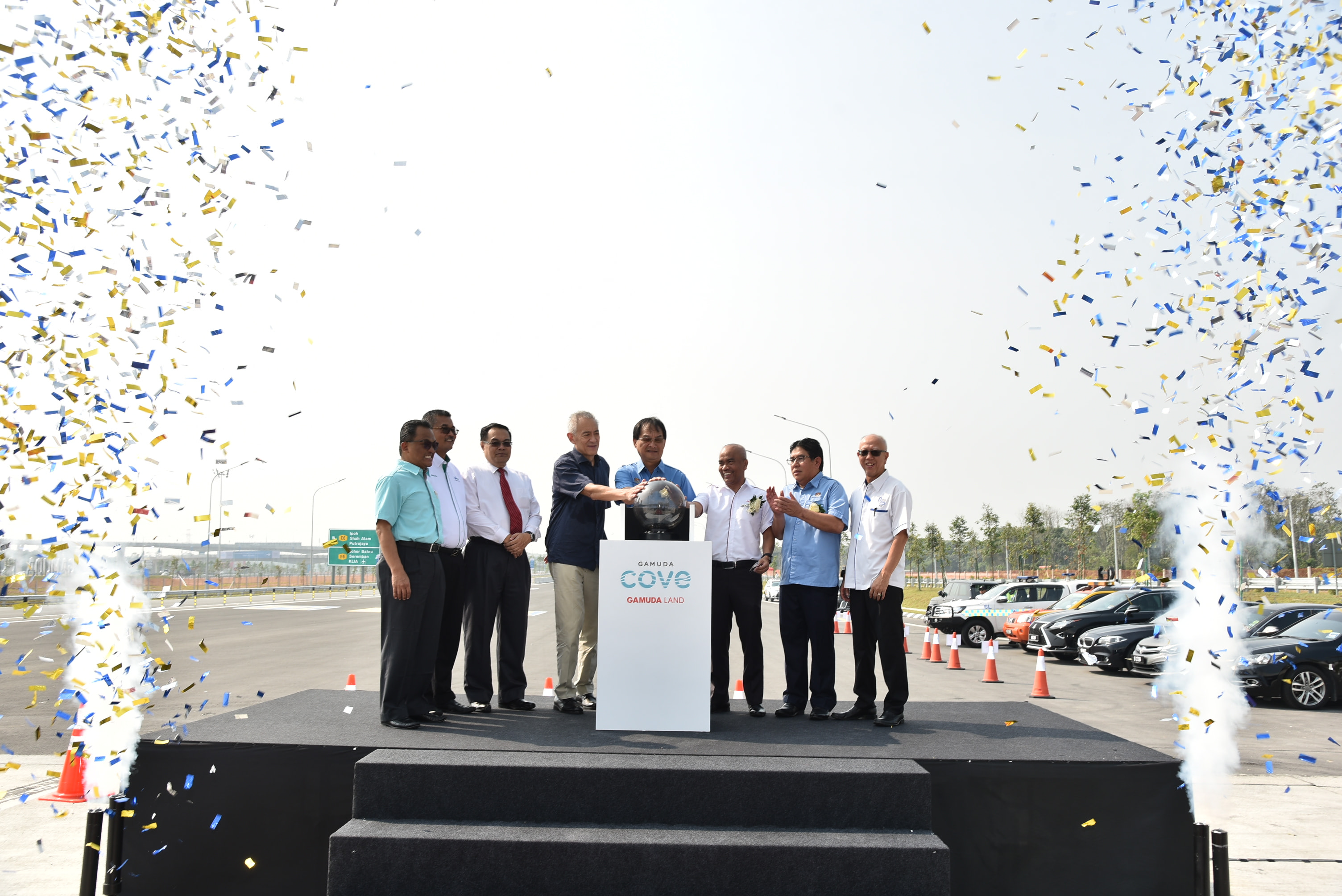 Works Minister Baru Bian (centre) launching the Gamuda Cove Interchange in Dengkil, Selangor, yesterday. With him are Gamuda Bhd group managing director Datuk Lin Yun Ling (third from left), Gamuda Land executive director Datuk Abdul Sahak Safi (third from right) and other officials. PIC BY AHMAD IRHAM MOHD NOOR