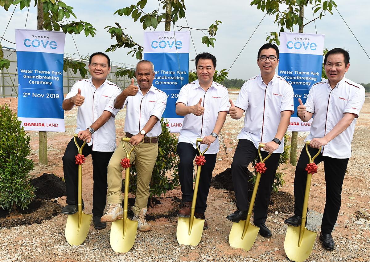Soo bersama (dari kiri) Pengurus Besar Gamuda Cove, Wong Yik Fong; Pengarah Eksekutif Gamuda Land, Datuk Abdul Sahak Safi; Ketua Pegawai Eksekutif Gamuda Land, Ngan Chee Meng dan Ketua Pegawai Operasi Gamuda Land, Aw Sei Cheh pada majlis pecah tanah.
