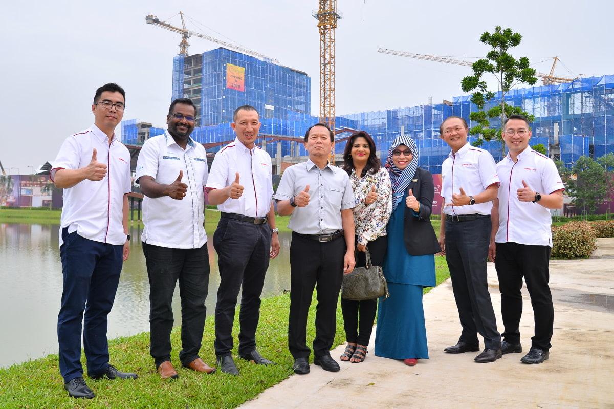 Sei Cheh (kiri), Wai Lune (kanan) dan Arpaai (empat dari kiri) pada majlis simbolik menyiapkan struktur binaan unit komersial Gamuda, Quayside Mall dalam projek twentyfive.7 di Shah Alam, semalam.