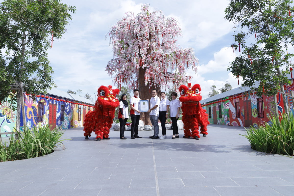 (From left) Malaysia Book of Records research journalist cum general admin executive Siti Hajar Johor, business development director Jwan Heah Yeow Hooi, Wong as well as Gamuda Cove assistant general managers Genie Tey and Tan Zijin with cherry blossom tree replica at Gamuda Cove Experience Gallery.