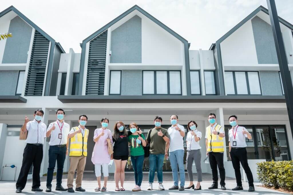 Chong Leong Hwee (fourth from left) and family received the keys to their house in twentyfive.7 from Aw Sei Cheh (second from right), COO of Gamuda Land.