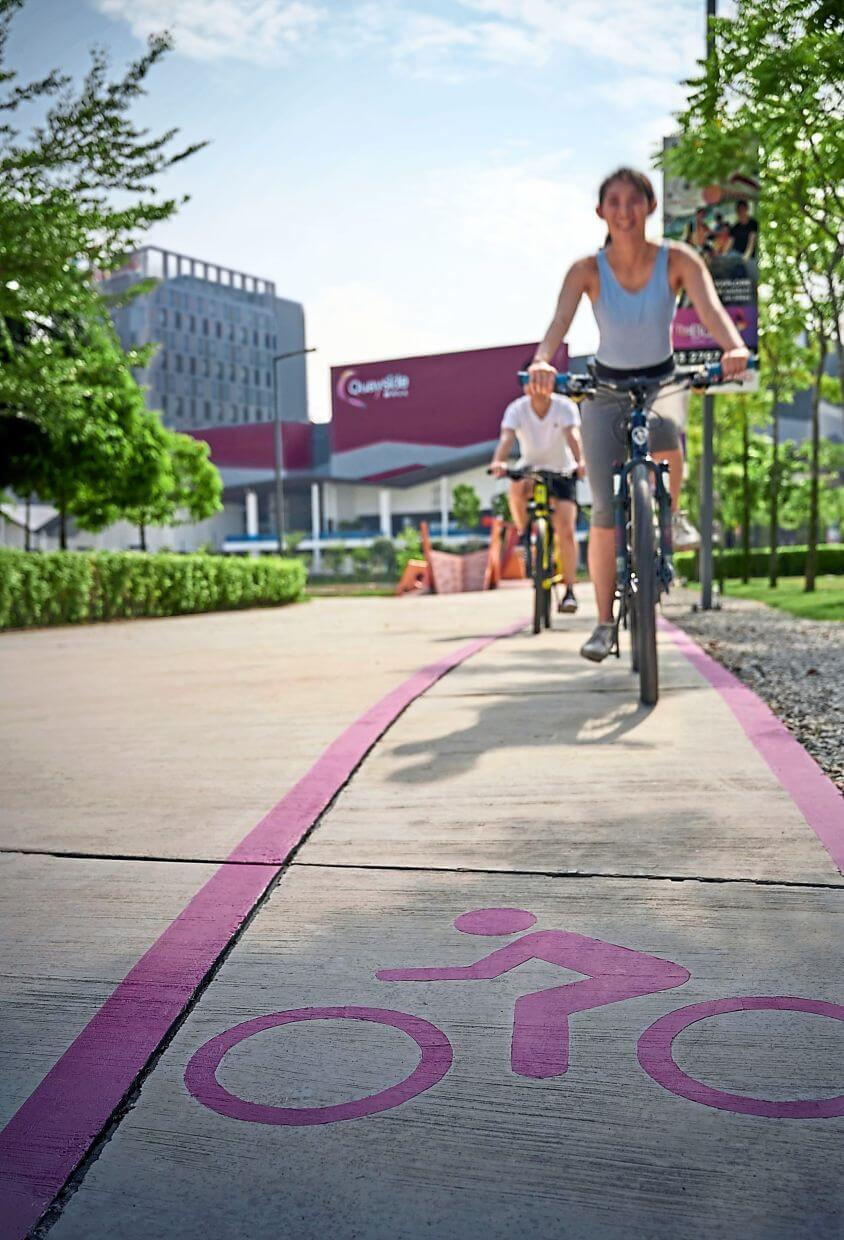 With an average width of 2.5m, ample space separates joggers and cyclists on The Loop.
