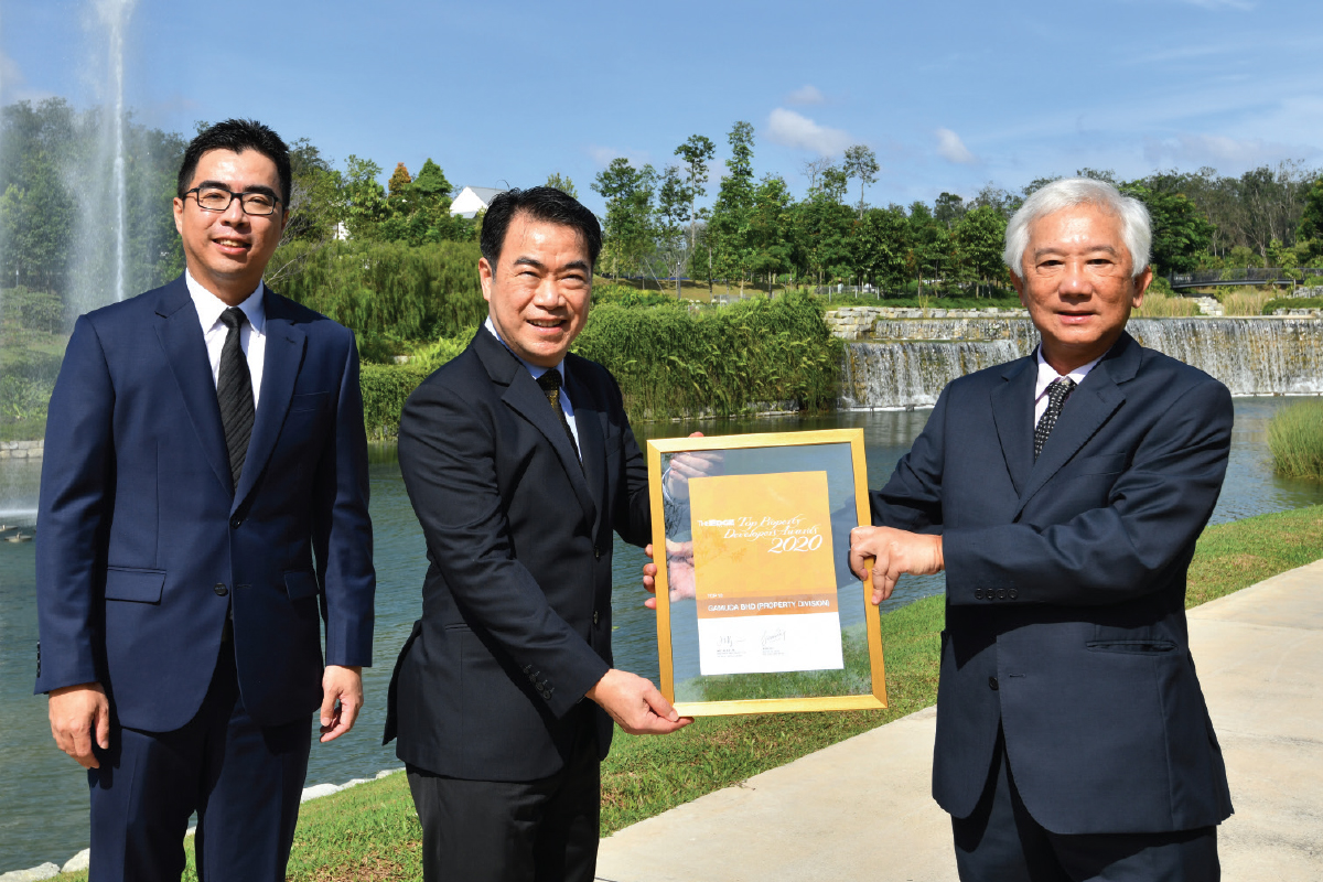 Ngan receiving the award from The Edge Media Group publisher and group CEO Datuk Ho Kay Tat. With them is Gamuda Land chief operating officer Aw Sei Cheh.