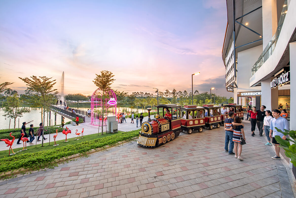 Quayside Mall's breezy waterfront promenade is designed as the pulse of the town where the community gathers.