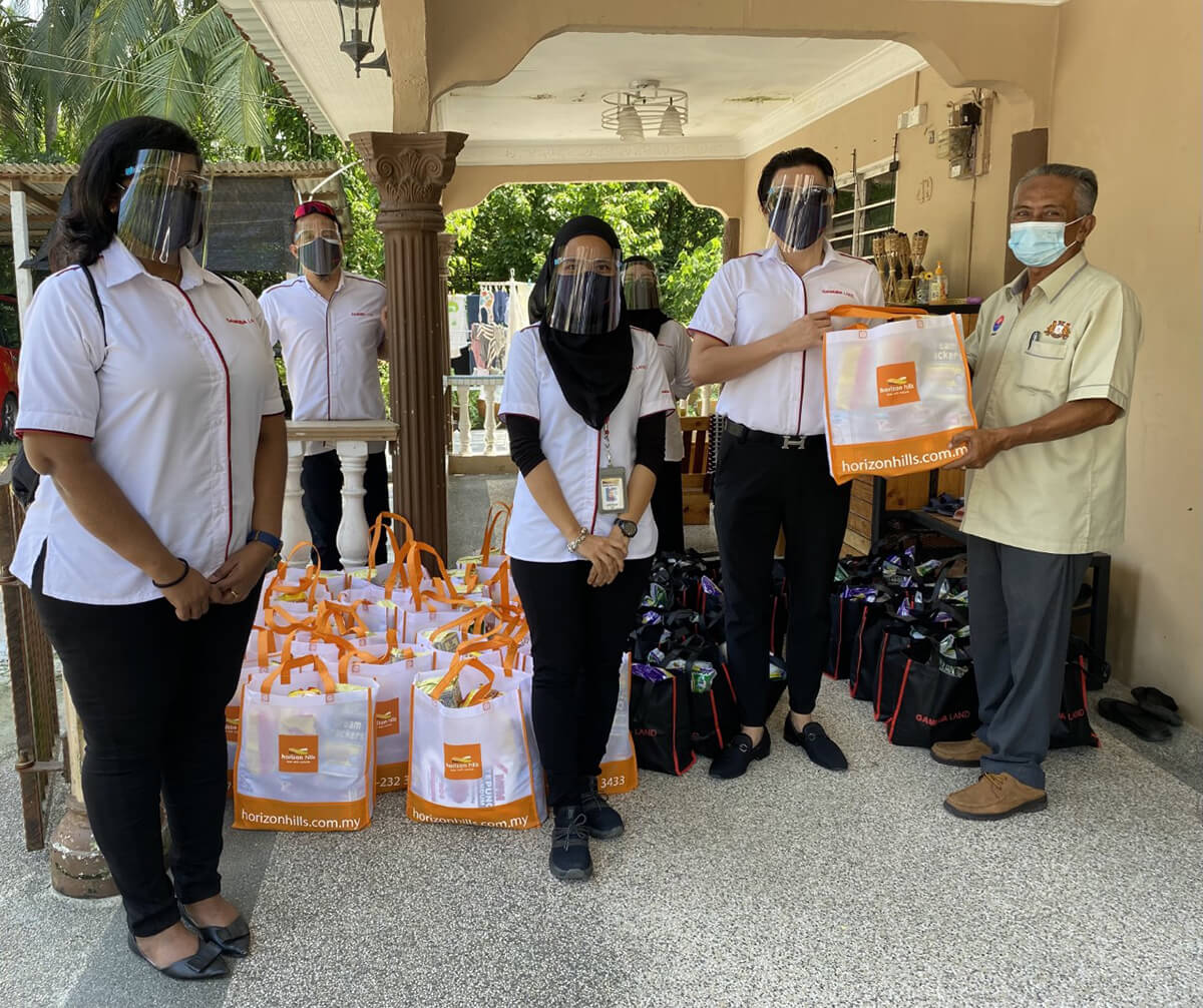Gamuda Land rolled out GL Cares to help those in the surrounding community by delivering food items and daily essentials to those in need.